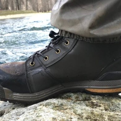 This photo shows the Redington Prowler Wading Boots next to a river.