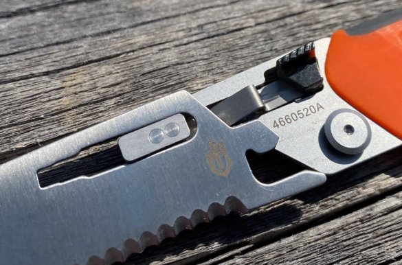 This photo shows the Gerber Randy Newberg EBS blade attachment system.